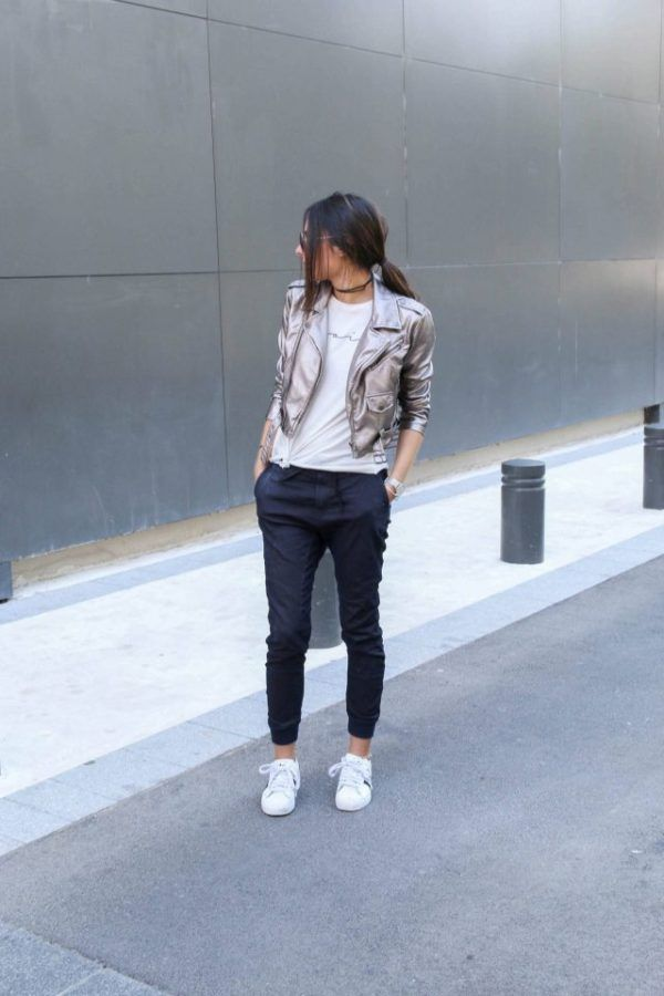 Joggers which fit tightly around the ankles are the ultimate match to a graphic tee, as seen here. Additionally, a metallic jacket like this one worn by Federica L. will give your look a whole new dimension! Jacket: Nasty Gal, Joggers: Zalando.