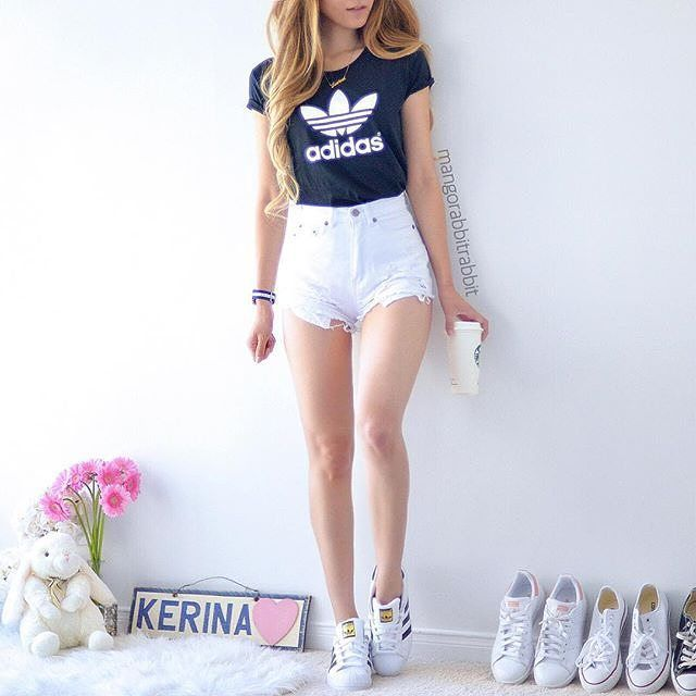 Outfit casual con shorts de denim blanco.