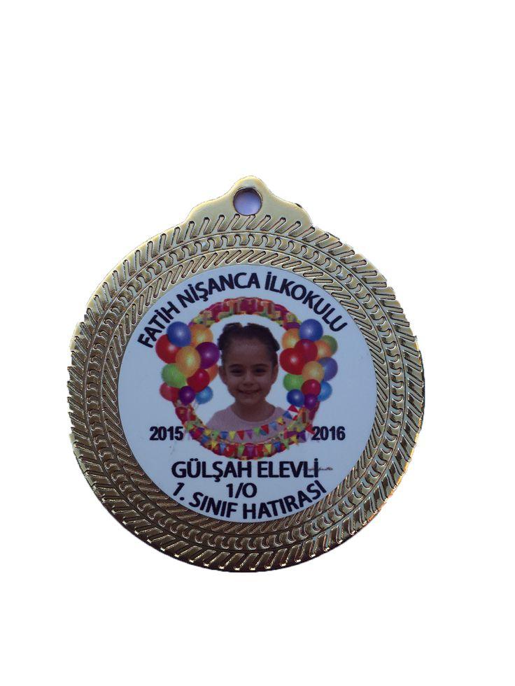 Okuma Bayramı Madalyası KB-02 satandart madalya büyüklüğünde 4 cm baskı alanına sahiptir. madalya fiyatlarına kurdela ve baskı ücreti dahildir.