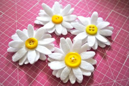 felt daisy tutorial. So cute! Add a pin and it's a sweet little SWAP.