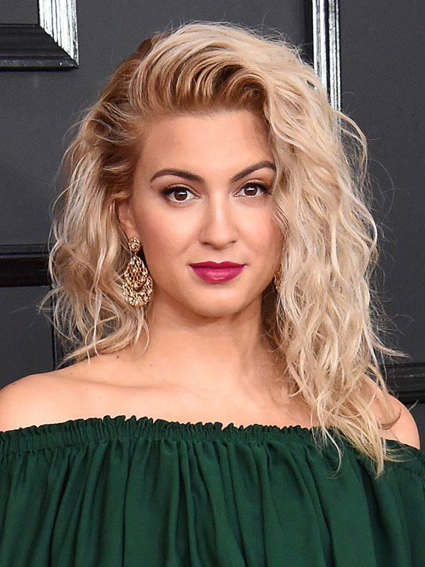 Talk about a natural beauty! Before the big night, Tori Kelly looked absolutely gorgeous on the red carpet, rocking her stunning waves that we love so much!