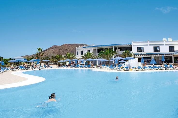 HL Rio Playa Blanca is een uitstekend 4-sterren bungalowcomplex. Deze zeer verzorgde kwaliteitsbungalows beschikken elk over een beschut terras en zijn al jaren zeer geliefd bij Nederlandse gasten. Het complex beschikt over een groot zwembad en vele sportfaciliteiten. Ook beschikt het hotel over een animatieprogramma met overdag sport en spel en 's avonds shows of livemuziek. HL Rio Playa Blanca ligt op ca. 400 m van het strand, ca. 800 m van een winkelcentrum. Officiële categorie ****