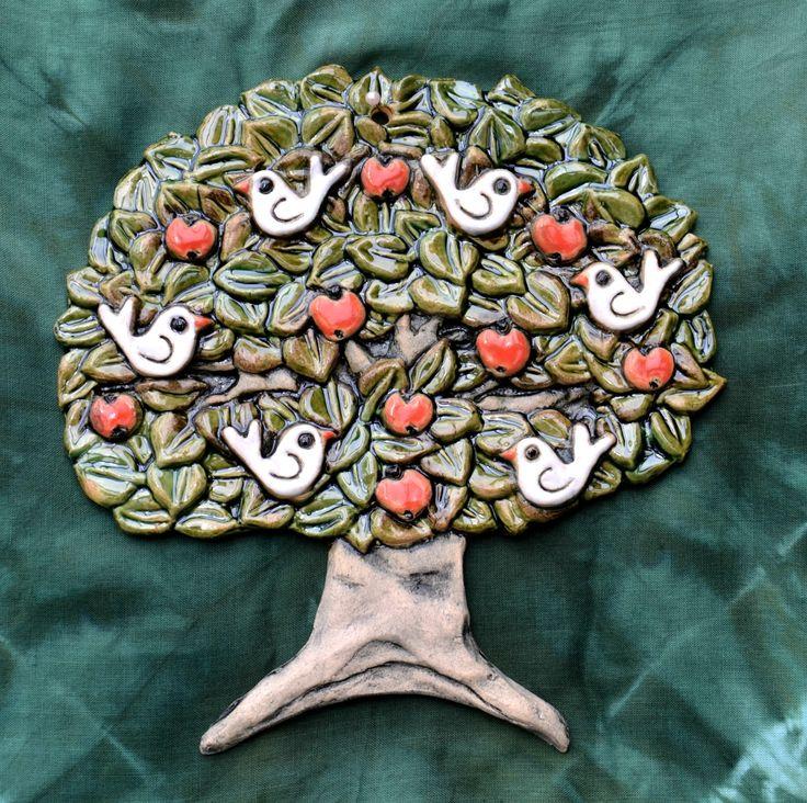 """Ptačí+strom+Portály+domečků,+jdou+spolu+neomezeně+kombinovat+a+jedním+doplňujícím+prvkem+je+i+"""" ptačí+strom"""". Vše+je vytvořeno+z+bílé+hlíny,+glazované+barevnými+glazurami a+několikrát+pálené+na+vysoké+teploty.+Strom+lze+pověsit+na+zeď+je+zde+dirka+na+pověšení+Je+veliký 17+x+17+cm.+Při+zakoupení+3+ks+současně bude+cena+snížena+o+50,-+Kč.+Kombinace+domků +..."""