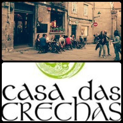 Situado al lado de la Plaza de la Quintana, este bar de paredes de piedra, se convierte al caer la noche en uno de los pubs más emblemáticos de Santiago.Tómate una cerveza en un ambiente agradable disfrutando de alguno de sus conciertos y de su decoración original tan característica de éste local.