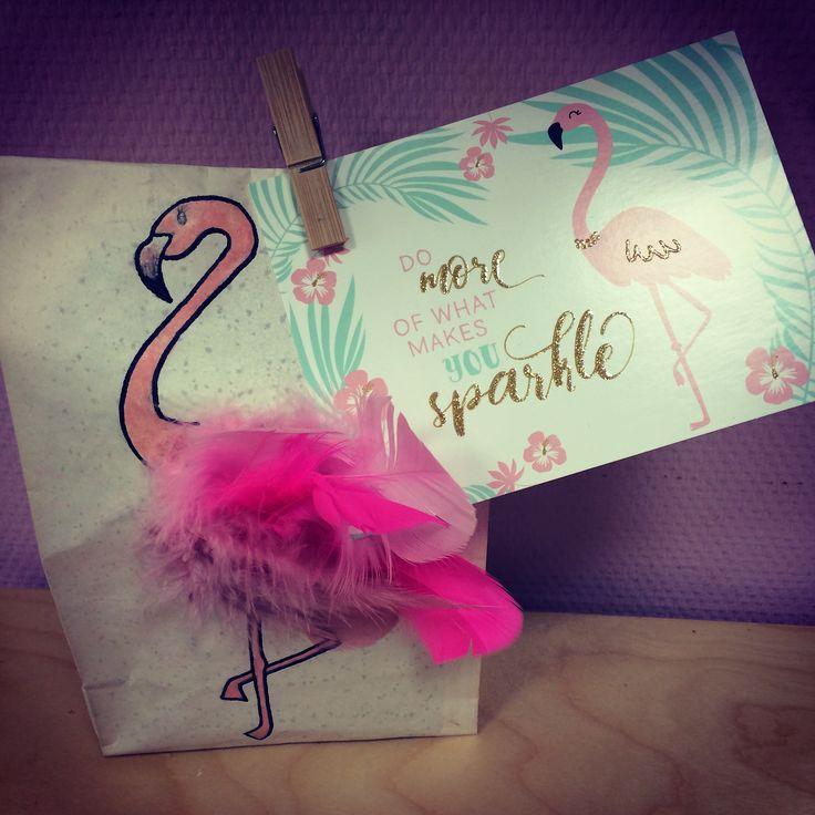 Flamingo Geschenktüte Man braucht dafür -1 Papierfrühstückstüte, 1 schwarzen Filsstift, 1 rosa Stift o. Wachsmalkreide, ein paar Federn, 1 Wäscheklammer zum verschließen und 1 Klebestift. 💕