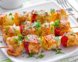 Brochettes de poulet grillées aux poivrons : http://www.fourchette-et-bikini.fr/recettes/recettes-minceur/brochettes-de-poulet-grillees-aux-poivrons.html