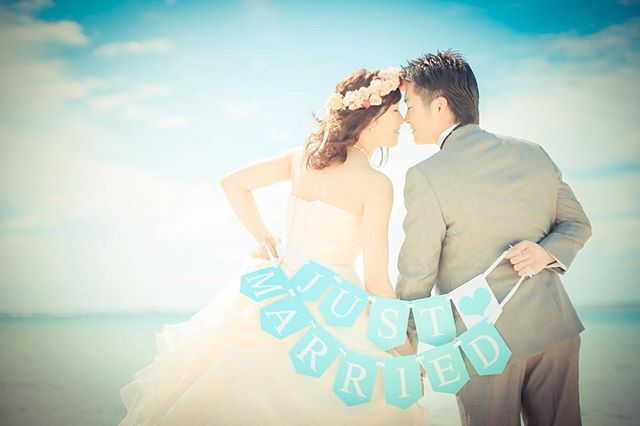お気に入りの1枚✨昨日発売の海外ウェディング ゼクシィに載りました〜✨ かなり小さいけどまたひとつ思い出に #ゼクシィ #海外ウェディング #ビーチフォト #ガーランド #手作り #ティファニーブルー #ハワイ #hawaii #wedding #beach #プレ花嫁
