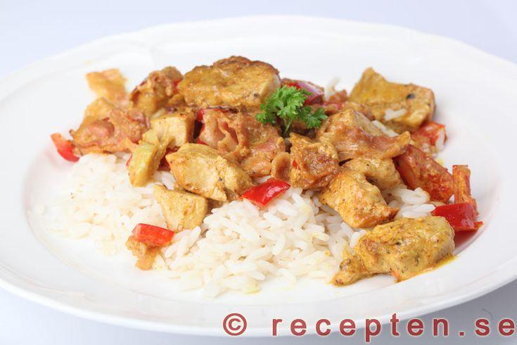 Currykyckling - Enkelt och gott recept med kycklinglårfilé eller kycklingfilé med curry, paprika och bacon. Bilder steg för steg!