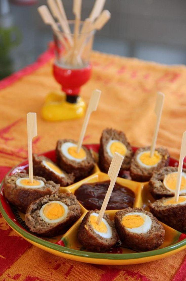 Woensdag gehaktdag..........met een vogelnestje! (gehaktbal kiekeboe)    Deze gehaktballetjes zijn gevuld met een kwarteleitje. Heerlijk als borrelhapje met een dipsausje van gelijke delen ketchup en pruimenjam. Voor wat meer pit erin, doe je er een paar druppels tabasco bij. Eet smakelijk!   Ideetje voor Pasen?