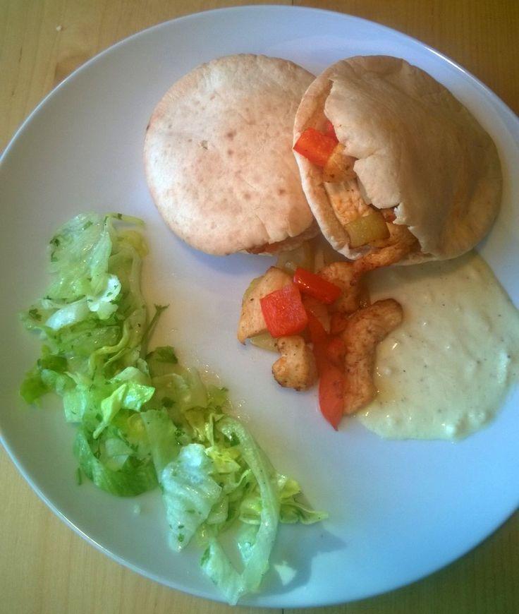 Deze pitabroodjes met kip maak je snel klaar in de Airfryer. De pittige knoflooksaus en de frisse salade complementeren het geheel - http://www.airfryerweb.nl/recepten/pitasbroodjes-kip-met-zelfgemaakte-knoflooksaus/