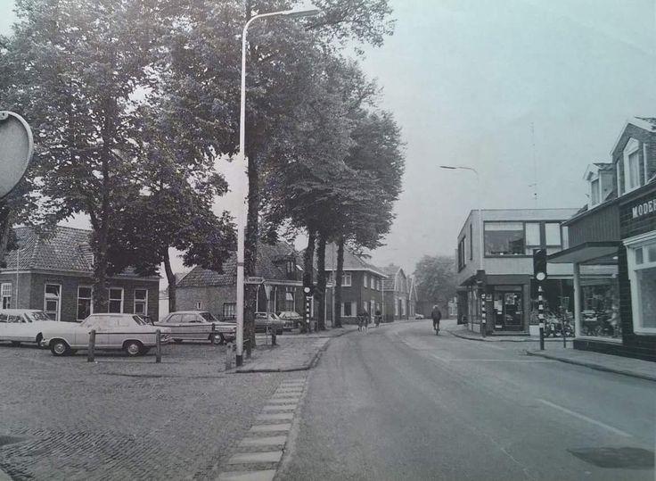 Rechts de winkel waar de heer en mevrouw Kobes de nieuwste mode aan de man/vrouw brachten. Niet voor te stellen dat hier destijds al het verkeer Almelo-Zwolle door ging. Dat vrachtwagencombinaties elkaar hier tegemoet komen. Dan is het centrum van Wierden er echt een stuk mooier op geworden!
