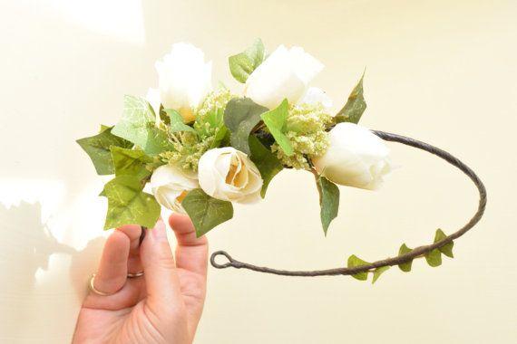 Caractéristiques de la belle casque vert base de feuille de lierre et de fleurs sauvages, accentués par les roses et boutons.  Couronne est pliable pour un meilleur ajustement, peut s'adapter à plusieurs tailles, ouverte dans le dos et les liens fini avec le ruban.  Cette couronne est unique en son genre, alors ne manquez pas si vous l'aimez. Parfait pour une mariée ou demoiselle d'honneur.  Les fleurs sont de couleur crème Ivoire.