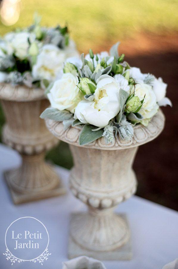 Decorazione aperitivo - vaso urna piccolo, con peonie, rose, bocci di lisianthus e salvia.