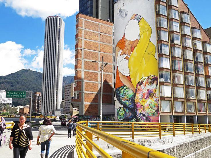 """1. Graffitis en la Calle 26: """"El beso de los invisibles"""", representación de una fotografía de Héctor Fabio Zamora de dos habitantes de la calle besándose, que ahora está plasmado en el muro de un edificio cerca del Centro Internacional."""