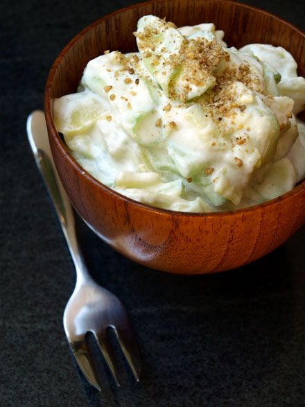 Recette de la salade crémeuse de pomme de terre et concombre - Préparation : 10 min • Repos : 15 min • Cuisson : 15 min - Ingrédients pour 2-3 personnes : - 1/2 concombre - 3 petites pommes de terre à chair ferme (spécial salade) - 250 à 300 g de crème aigre (Sauerrahm – 15 % de MG) > à défaut, de yaourt grec ou crème épaisse légère + - 1 cs de jus de citron - 1 cs de vinaigre de cidre ou de vin - Sel, poivre * Pour saupoudrer : - Ciboulette, gomasio, carvi…