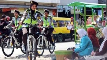 Operasi Pasar, Polwan Cantik Pakai Sepeda