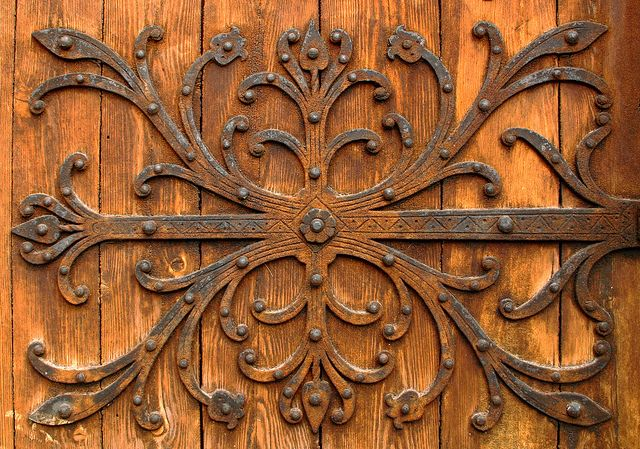 ENTRE Detail in a medieval church door Visby Sweden : carving door hinges - pezcame.com
