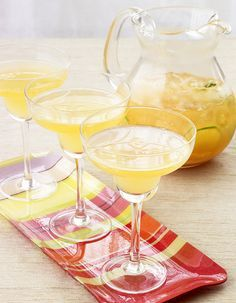 Recette Cocktail soupe angevine : Mélangez le jus de citron, le sirop de sucre de canne et le Cointreau. Ajoutez le crémant, mélangez délicatement.Servez bi...