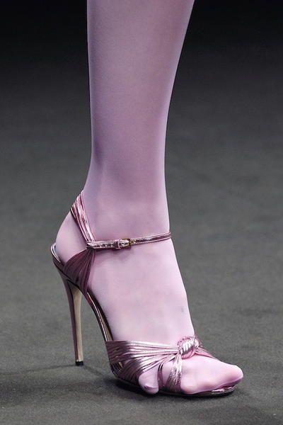 Décolletées, sandali piatti, stivali alti e mocassini neri: 8 modelli intramontabili che tutte le donne dovrebbero avere.