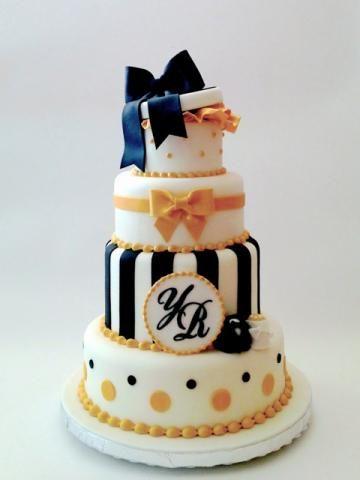 ケーキデザイン4 ギフトボックスをあしらったイエロー&ブラックのタワーウェディングケーキ