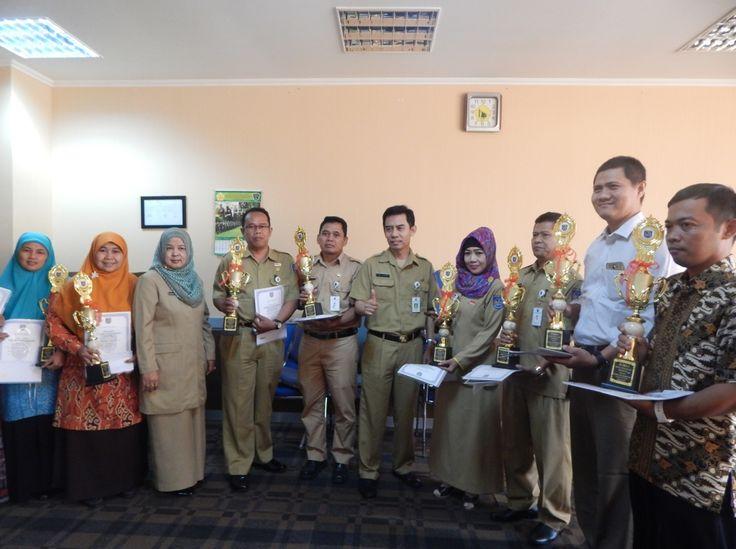 Disdik Depok Beri Penghargaan kepada Guru dan Kepala Sekolah Berprestasi
