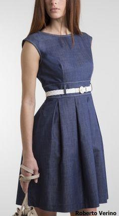 Vestido en tela chambray, corte imperio con fajón en le talle, falda de pliegues