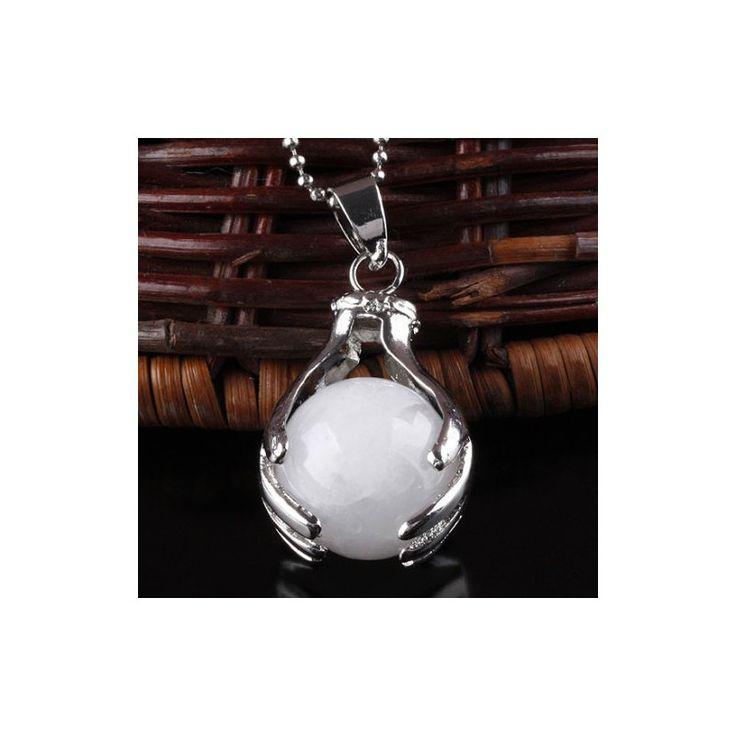 """Healing Hands Witte Jade """"VERTROUWEN & LOSLATEN"""" Hanger met een jade bol ingeklemd tussen twee helende handen. Een mooi symbool van healing en spiritualiteit. Witte jade schenkt vertrouwen, positiviteit en rust. De steen helpt je om naar je innerlijke wijsheid te luisteren. Tevens helpt de steen tegen angst en ongeduld. Verzilverd witmetaal, nikkelvrij."""