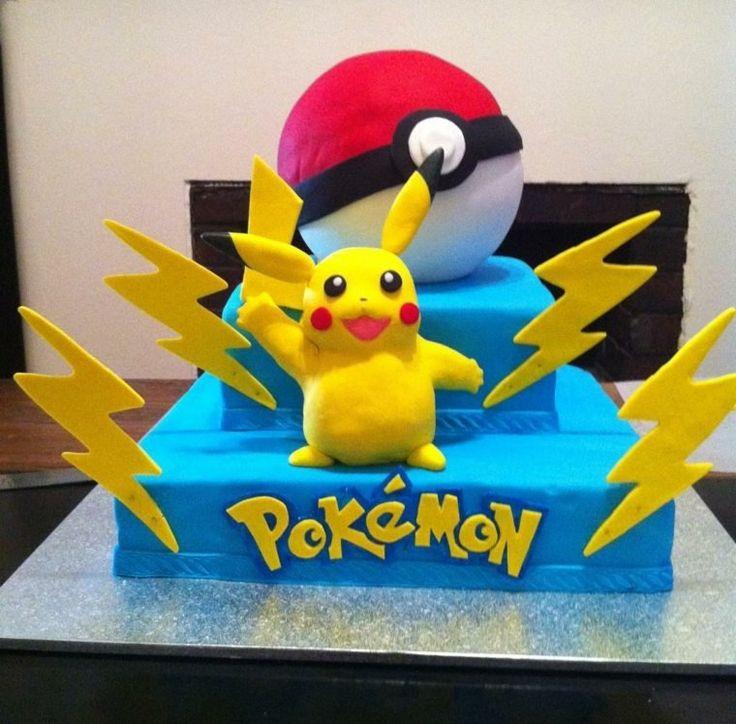 gateau pokemon à deux étages avec les principaux personnages et des éclairs