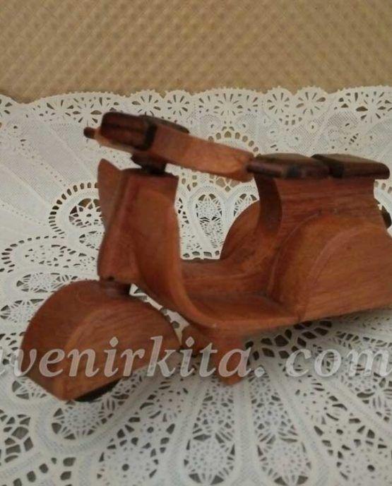 Souvenir pernikahan Miniatur Vespa. Terbuat dari kayu yang dibuat oleh tenaga profesional. Harga hanya Rp 8.000,- sudah termasuk kemas plastik, diikat menggunakan pita saten dan dipasang kartu ucapan.