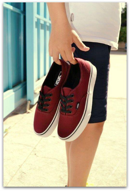 Siente tu lado más skate con las auténticas zapas de lona con cordones de la marca internacional Vans. Nos encantan