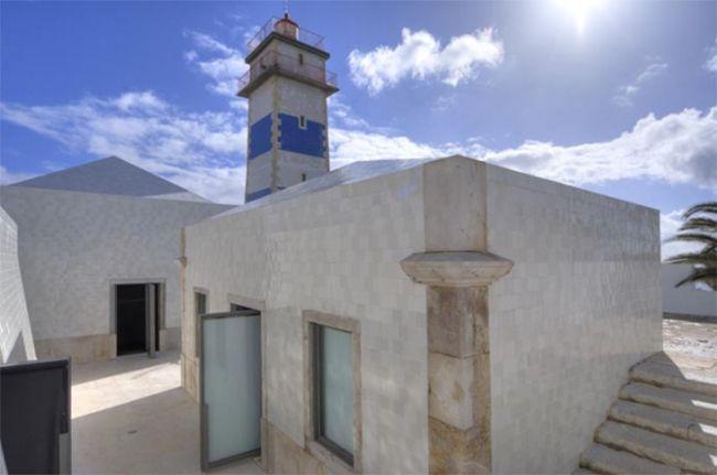 Le Farol Museu de Santa Marta sur la plage de Cascais au Portugal : une architecture intéressante réalisée par Francisco et Manuel Aires Mateus et c'est aussi un hymne à la céramique avec ses structures carrelées d'azulejos d'un blanc immaculé. #cascais #architecture #céramique #azulejos http://www.novoceram.fr/blog/architecture/cascais-musee-farol