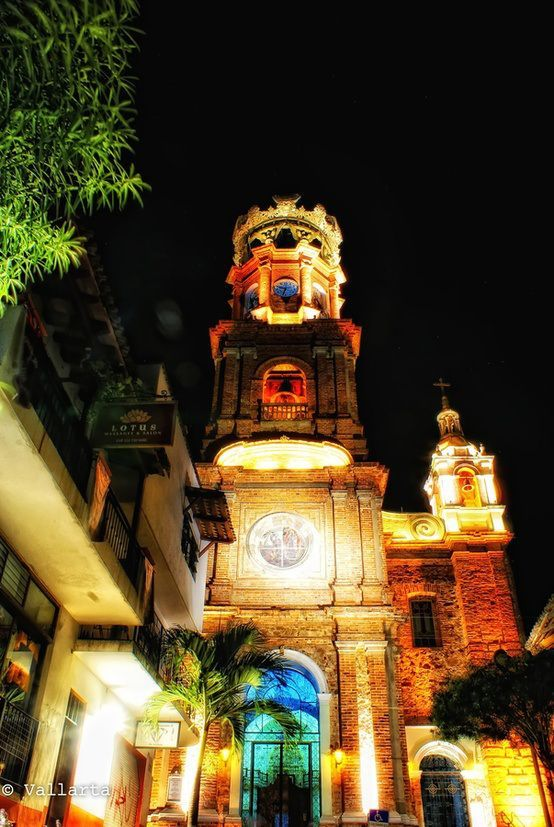 Anochecer en la Catedral de Puerto Vallarta.