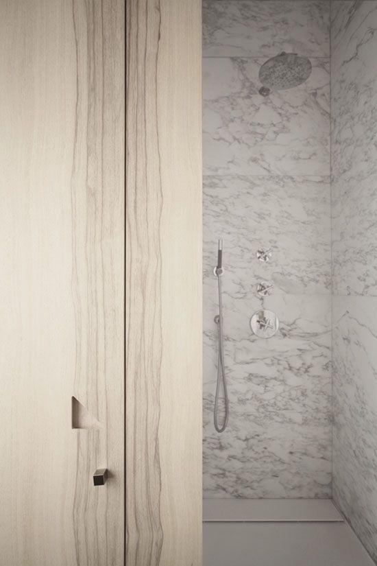 Artig vri på døråpning/integret skap ved dusj