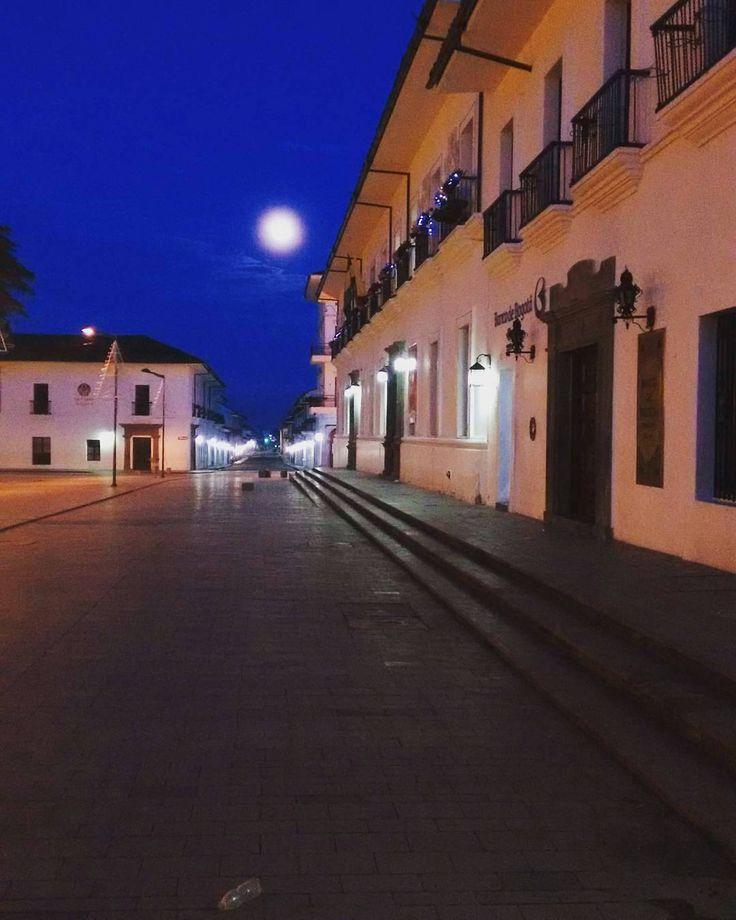 Un hermoso amanecer con la luna escondiéndose foto de la @gobernacioncauca  #Popayán #Popayan #Cauca #Colombia #sunrise #Follow #Like