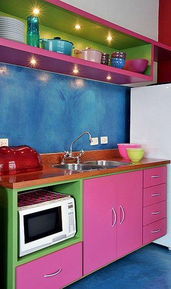 Não é porque é pequena que a cozinha tem que ter cores claras. A arquiteta Adriana Yazbek escolheu tons fortes, como azul, rosa e verde. Pontos de luz embutidos garantem a boa iluminação