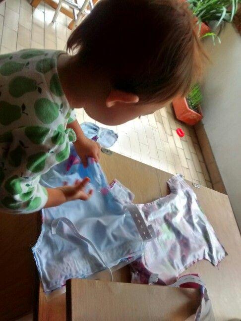 Ella aprende,ayuda y juega mientras mama trabaja