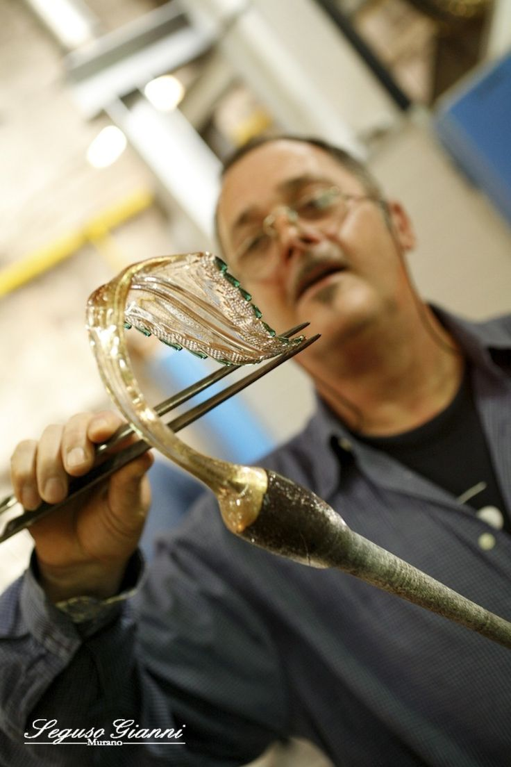 The master glassmaker Gianni Seguso during production of a detail for a chandelier #masterpiece #homemade #seguso #segusogianni #leaf #chandeliers #lighting #murano #muranoglass #artglass