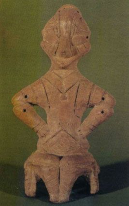 Среди символов богини-птицы - тройные линии, пересекающие плечи, меандр на животе, над ним - 4 чёрточки, объединённые горизонтальной линией. Культура Винча, г.Приштина, Косово, около 4500 г до н.э., высота 18,5 см.