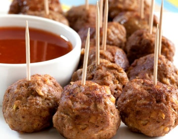bodytrim meatballs with dipping sauce Cooking Time: 10 min Ingredients 500g lean beef mince 30 ml soy sauce 1 tbsp vegetable oil 1/2 garlic clove, crushed 1/2 tsp ginger, crushed 1 spring onion, finely chopped soy sauce, sweet chilli sauce or tomato sauce for dipping