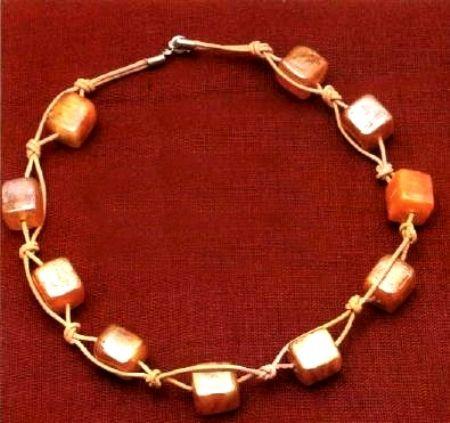 Collana corda incrociata e perle cubiche