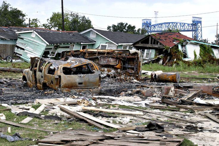 FURACÃO KATRINA (2005) Foi um dos mais mortais e custosos desastres naturais já ocorridos nos EUA. Seus efeitos foram mais sentidos no dia 29 de agosto de 2005, em Nova Orleans, Louisiana, onde as mortes levaram 1.500 pessoas e os prejuízos foram estimados em US$ 100 bilhões (mais de R$ 300 bilhões)