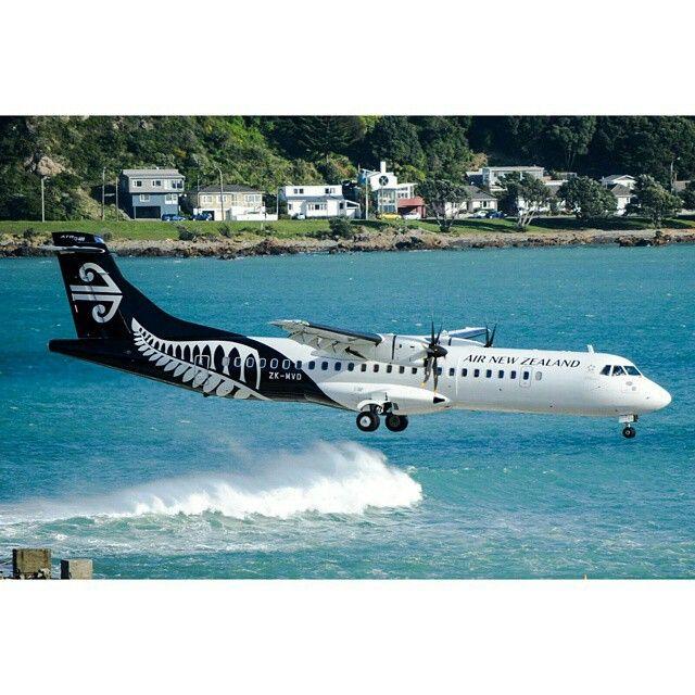 Air New Zealand Link Avions de Transport Régional ATR-72-600 ZK-MVD surfs its way into Wellington-International, circa