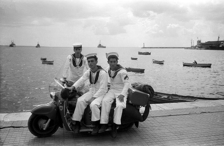 Τρεις ναύτες στην παραλία πάνω σε μια Maicoletta το 1955. (Φωτογραφία του Wim Dussel)