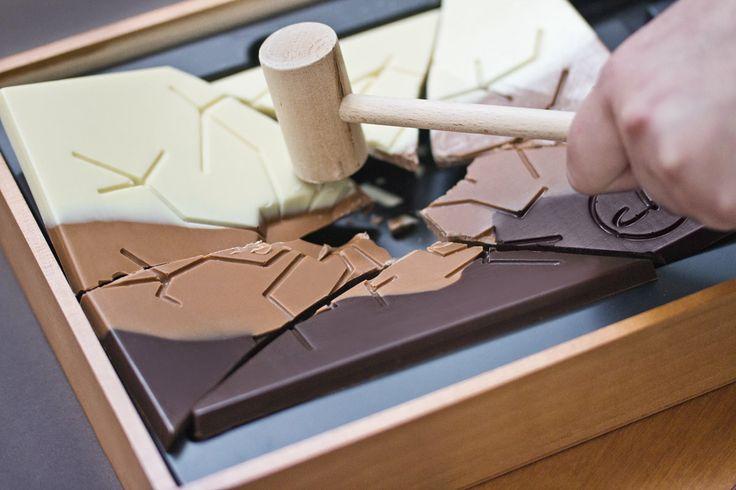 Duża, gruba tafla belgijskiej czekolady z dołączonym drewnianym młoteczkiem, aby obdarowany tata mógł wykazać się siłą, dzieląc czekoladę dla całej rodziny! :)  http://chocolissimo.pl/do/item/3285-PLXXXX/Duza-tafla-z-mlotkiem