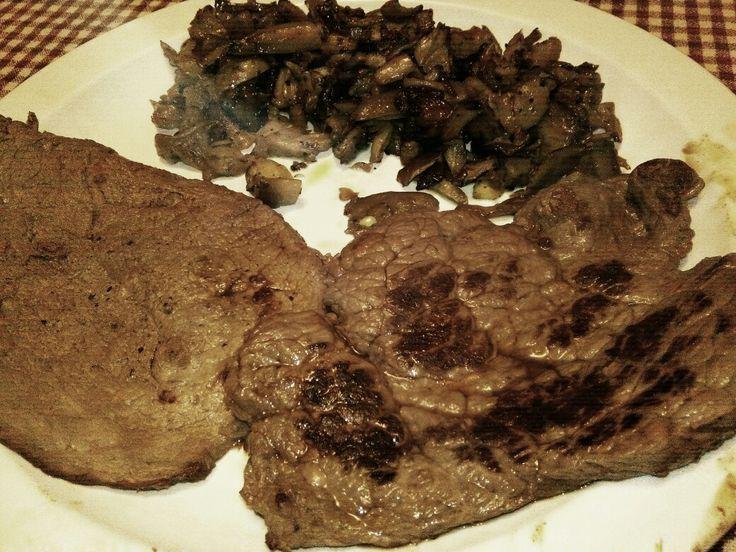 Bistecche di cavallo e di asino con funghi