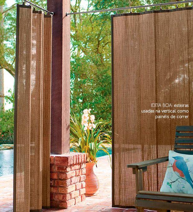 Opção de privacidade para uma área coberta sem paredes no jardim.