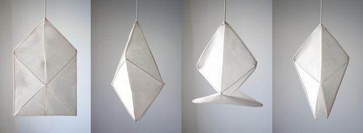 ZMIENNA Konstrukcja abażurów pozwalają kształtować go na różne sposoby. POMYSŁOWA Forma lampy pozwala na zabawę i zmianę aranżacji światła. EKONOMICZNE Lekkie i wygodne w przechowywaniu. EKOLOGICZNA Lekka konstrukcja, niewielkie gabaryty w transporcie, lokalna produkcja, materiały zdatne do...