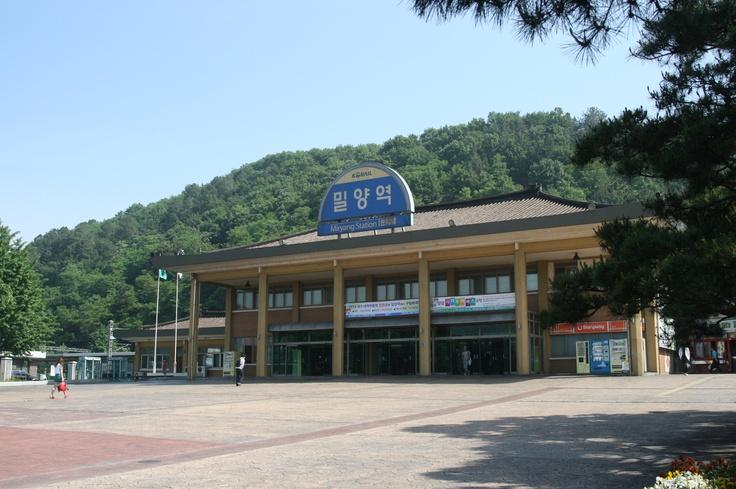 @ 2012.5.26  Korail Miryang(밀양) station    울창한 녹색 삼림 속에 파묻혀있는 느낌을 주는 코레일 밀양역의 오전 풍경.