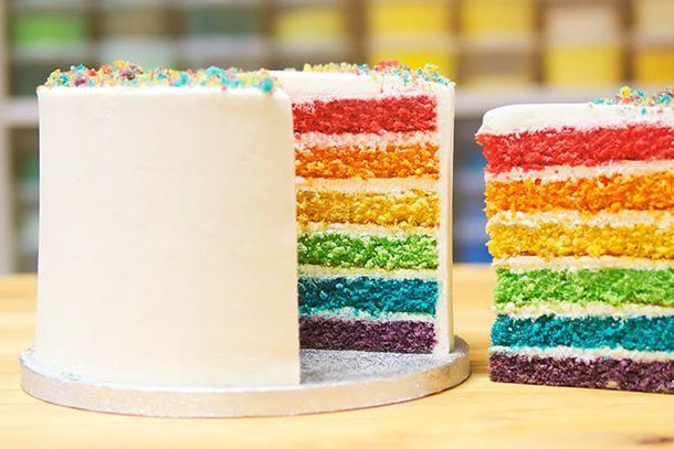 Que tal aprender como faz um bolo arco-íris incrível para sua festa?