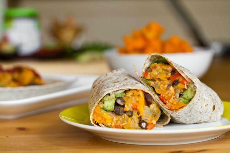 Met burrito's en wraps kun je blijven variëren met de ingrediënten. Deze vegan burrito's kunnen zowel 's middags koud gegeten worden, als 's avonds warm.